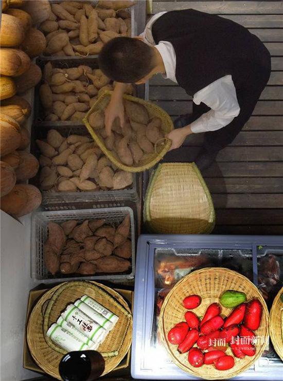 李君带领村民在成都开的四川首家扶贫实验餐厅,食材都来自广元岫云村。