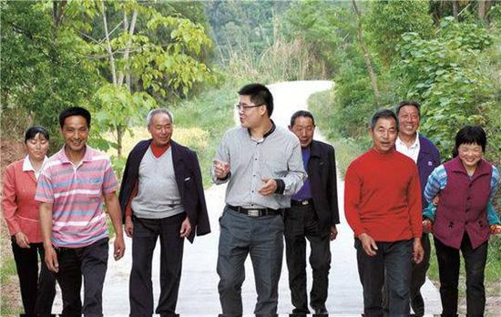 广元岫云村村官李君和村民们在一起。