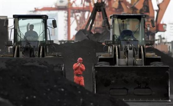 ▲资料图片:丹东港的工人在处置惩罚从朝鲜运来的煤矿。(路透社)