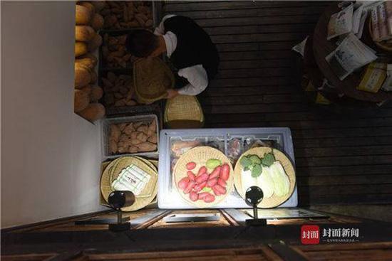 李君带领村民在成都开的四川首家扶贫实验餐厅,食材都来至广元岫云村。