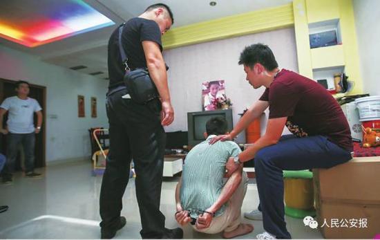 民警对销赃嫌疑人实施抓捕。张铮 摄