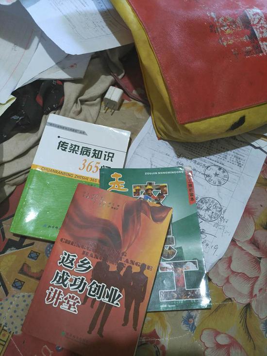 老四的房间,堆在床上的书籍和材料。
