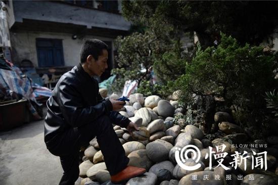 家中小院里,堆满了罗长国搜集的2万多枚石头
