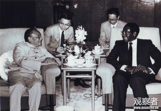 邓小平在人民大礼堂福建厅会见津巴布韦总理罗伯特·穆加贝(图片为作者本人提供)