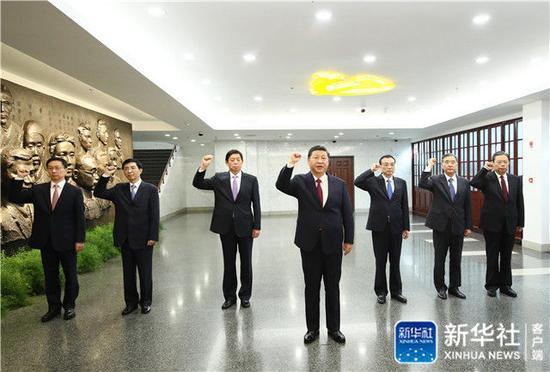 2017年10月31日上午,习近平带领其他中共中央政治局常委同志在上海中共一大会址纪念馆一起重温入党誓词。新华社记者 兰红光 摄
