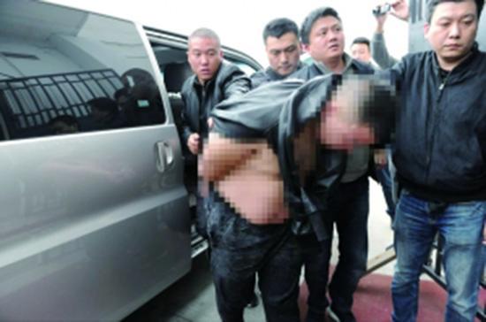 主要犯罪嫌疑人高某被押解至六合公循分局龙池派出所。 本文图均为 现代快报 图
