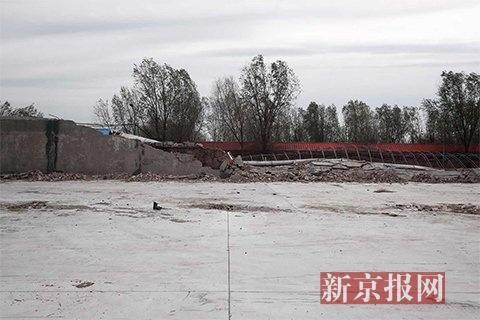 通州区杨秀店村一处围墙倒塌致2死1伤,倒塌围墙有近40米长。新京报记者 彭子洋 摄