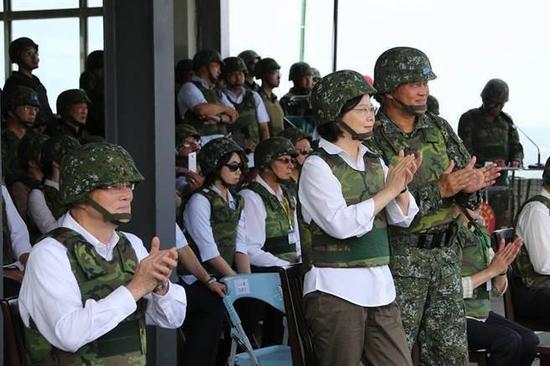图为蔡英文视察演习。(图片来源:台湾《中时电子报》)