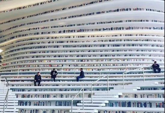 天津滨海图书馆34层书山刷屏网络:将放130万册书