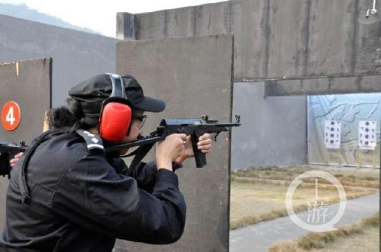 △王瑶是重庆警界首位枪械女教官