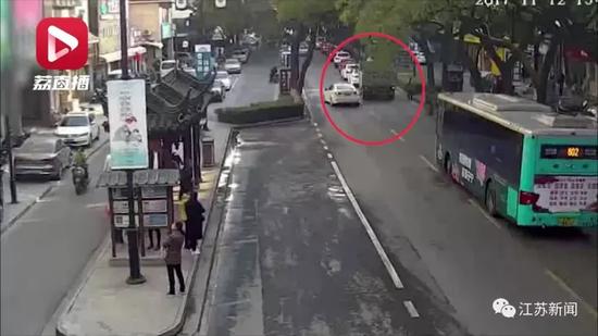 男子因开车未获公交车让行 向司机喷辣椒水被刑拘