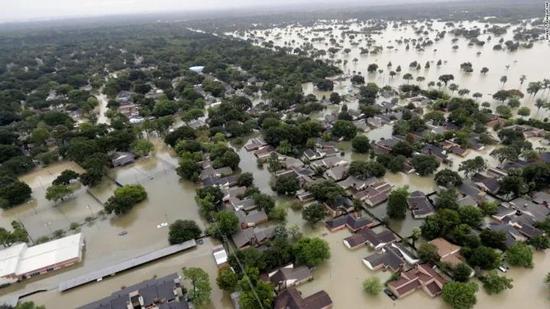 ▲资料图片:飓风哈维上岸后,强劲风雨造玉成美第四大都会休斯顿陷入瘫痪,至少10人殒命。数十万民众被迫遁迹。(CNN)