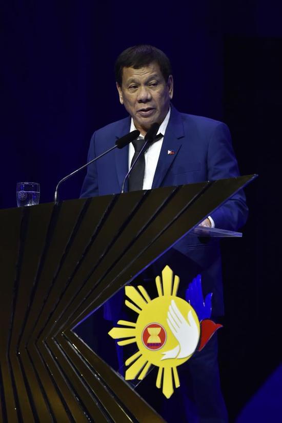 11月14日,在菲律宾马尼拉,菲律宾总统杜特尔特在闭幕仪式上讲话。第31届东盟峰会及东亚合作领导人系列会议14日晚间在菲律宾首都马尼拉闭幕,新加坡将为明年东盟轮值主席国。新华社发