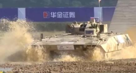 央视记者独家试驾 中国军工最高端战车今晚亮相