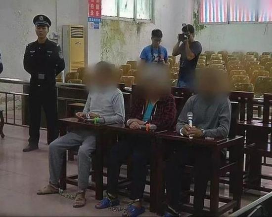 三名被告在庭审现场