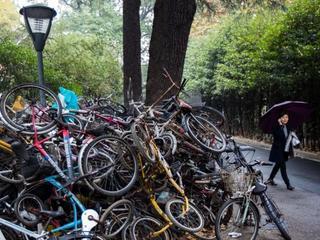 """南京一高校""""僵尸单车""""堆积如山"""