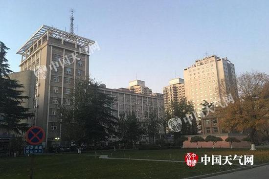 今天清早北京在大风的吹拂下,天气晴好,气温低迷。