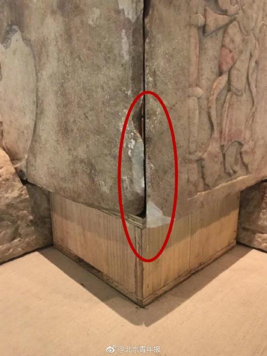 """石椁边缘有很多""""新磕坏""""的痕迹。 北京青年报官方微博 图"""