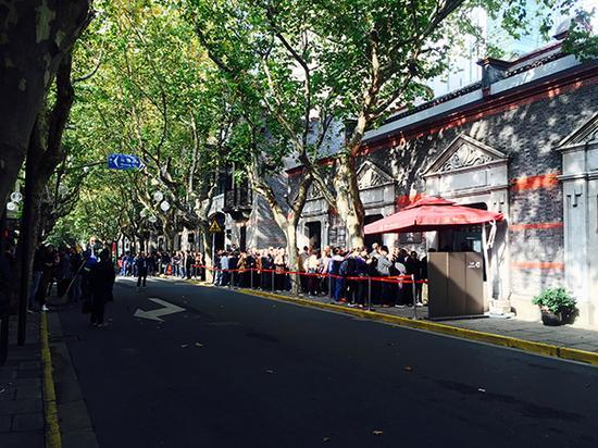 11月15日,上海,中国共产党第一次天下代表大会会址纪念馆外排队的游客。 汹涌新闻记者 邹娟 图