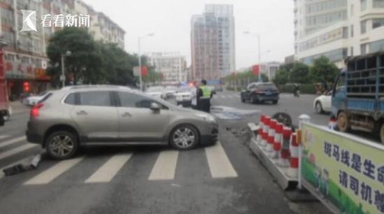 司机开车走神撞飞护栏 车祸刹时行人1秒闪避