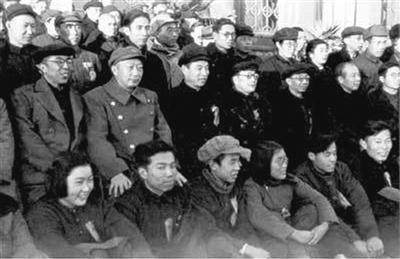 聂荣臻市长(二排左二)到场北京市第一届政协集会。本文图片 解放军报