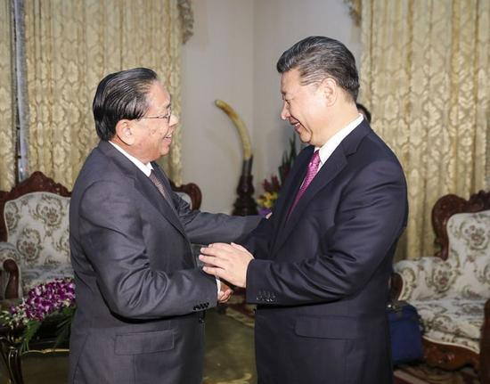 11月13日,中共中央总书记、国家主席习近平在万象会见前老挝人民革命党中央委员会总书记、国家主席朱马里。新华社记者 丁林 摄
