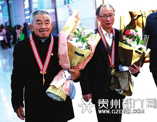 黄大发(左)与毛腊生(右)载誉归来。 本文图片均来自贵州都市网