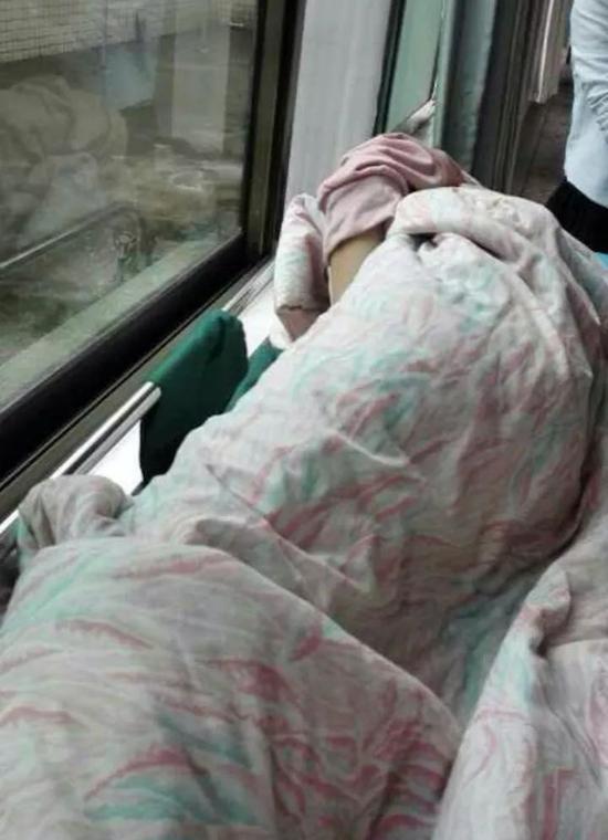 ▲桃江四中一名熏染肺结核学生在医院接受治疗。受访者供图