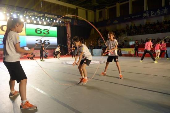 跳绳如今在学生群体中很受欢迎。