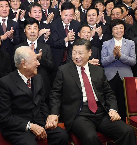 11月17日,天下精神文明建设表彰大会在北京人民大礼堂举行。这是习近平约请黄旭华代表坐在自己身边合影。 新华社 图