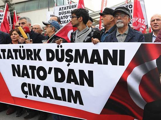 11月18日,安卡拉,土耳其民众抗议北约演习以土耳其国父和现任总统埃尔多安为假想敌。(新华/法新)