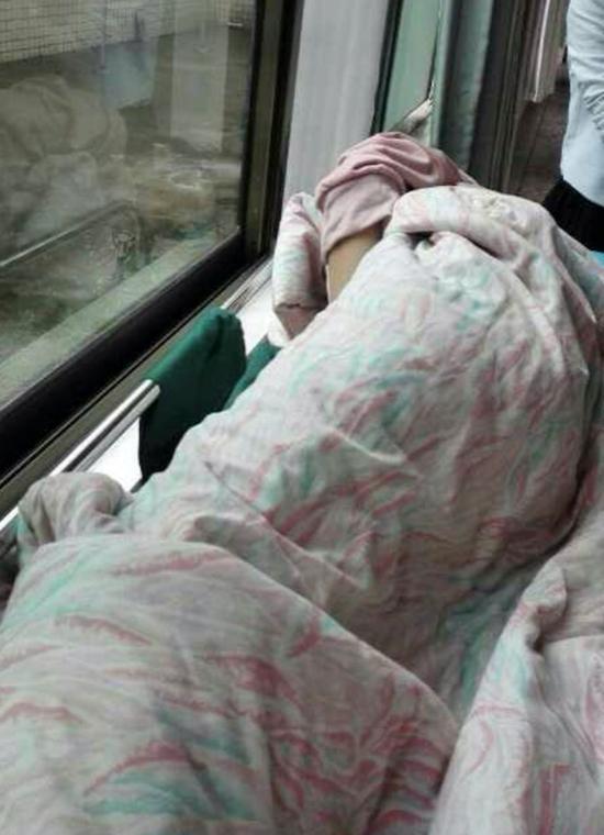 桃江四中一名熏染肺结核学生在医院接受治疗。受访者供图