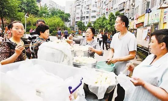 陈淑梅和李其云卖包子赚钱替儿子还债。