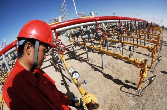 资料图:中石油涩北气田台南采气作业区事情职员丈量自然气流量。新华社记者 王博摄
