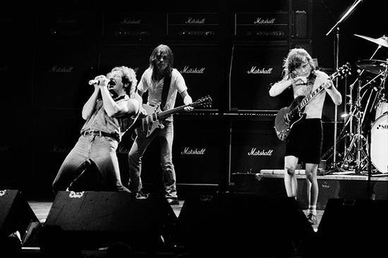1984年,AC/DC乐队在巴黎演出。视觉中国 资料