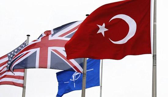 土耳其国旗(右)和北约旗帜(中后)。(图片来源:komnews.org网站)