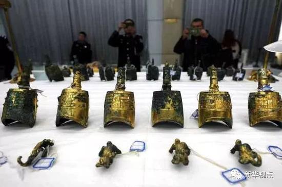 被追缴回的战国——西汉时期的鎏金铜甬钟。   (11月17日摄)摄影:新华社记者梁爱平