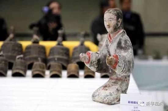 被追缴回的汉代彩绘跽坐陶俑。(11月17日摄)   摄影:新华社记者梁爱平