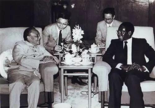 邓小平在人民大会堂会见津巴布韦总理穆加贝,左二为张维为教授(本图片为作者提供)