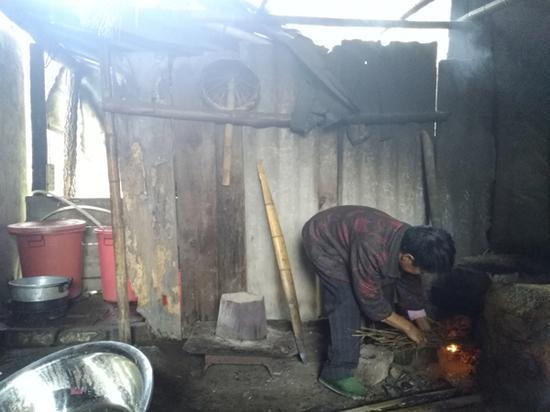 熊父母家条件较困难,在烧柴火做饭。