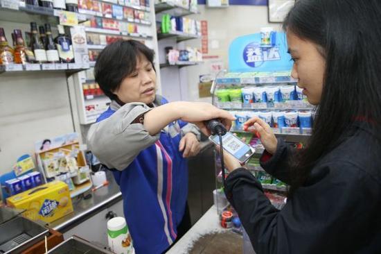 资料图片:手机支付。新华社记者丁汀摄