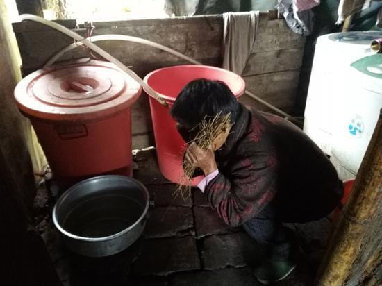 郭辛香演示女儿喝完水的状态。