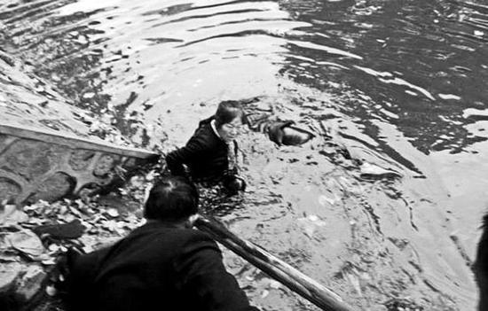 张海花跳进湖水中救人。三秦网 图