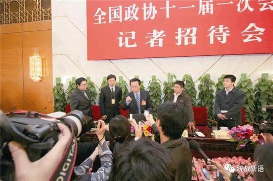 2008年 3月 6日,天下政协十一届一次集会在人民大礼堂举行中外记者招待会,陈昌智回覆记者有关多党互助制度的问题