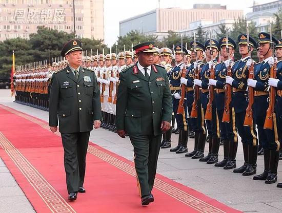 ▲11月8日,津巴布韦国防军司令奇温加来华会见。(国防部网站)