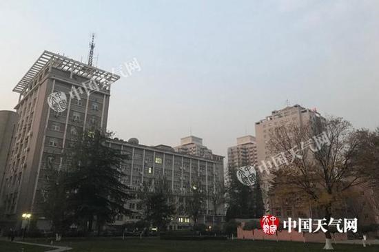 今晨,北京能见度降低,空气质量不佳。