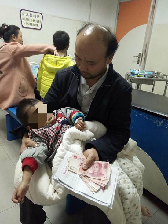 谭湘平带着儿子在医院 本文图片均为澎湃新闻记者 蒋格伟 摄