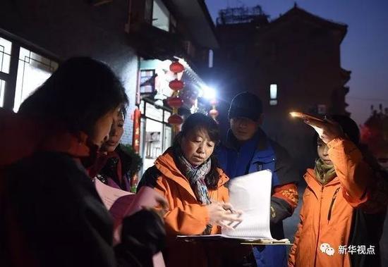 11月19日,北京向阳区高碑店村村委会的事情职员对辖区内的商铺举行宁静隐患排查。 新华社记者 罗晓光 摄