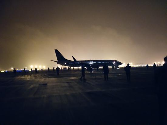 11月13日21时56分,湖南长沙,南方航空公司CZ6406航班在历经空中火灾事务后,紧迫备降长沙黄花机场。搭客陈诚供图