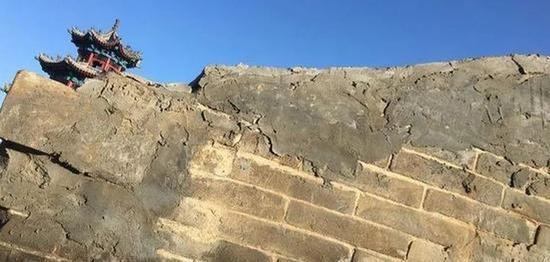 东墙被保留下的外墙砖。